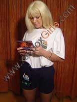 blonde jouant à la ds